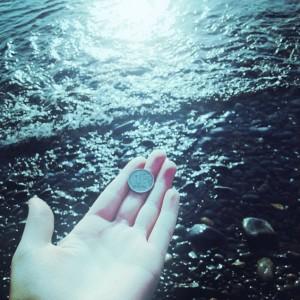 Для чего монеты бросают в воду?